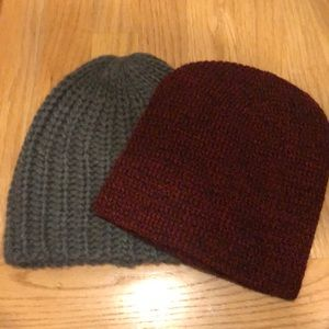 Set of 2 beanie hats grey and red